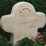 Grabdenkmal mit Signatur Kalkstein