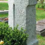 Grabdenkmal-Doppelstele-gruener-Gneis