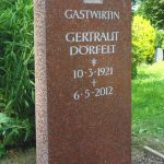 Grabdenkmal-Granit-mit-Römerkelch