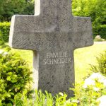Grabdenkmal-Kreuzform-mit-Spirale-Diabas
