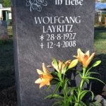 Grabdenkmal-Migmatit-blaugrau-Schweifbogen-2