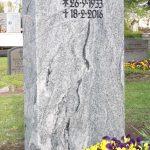 Grabdenkmal-Migmatit-hellgrau-gebändert
