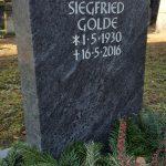 Grabdenkmal-Migmatit-violettgrau-gebändert