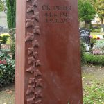 Grabdenkmal-Quarzit-mit-Efeuranke