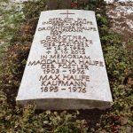 Kalkstein lagernd mit Bronzebuchstaben