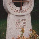 Grabdenkmal-Kalkstein-Durchbruch-Bronzekreuz