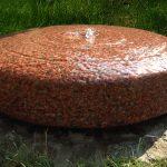 Quellstein-roter-Granit